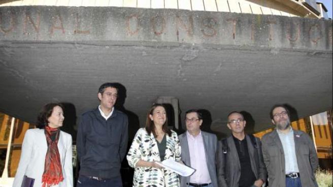 La portavoz parlamentaria del PSOE, Soraya Rodríguez (3i), acompañada del diputado socialista Eduardo Madina (2i), el portavoz de IU, José Luis Centella (3d), el de ICV, Joan Coscubiela (2d) y Chesús Yuste (Cha) presentan el recurso conta la reforma laboral.