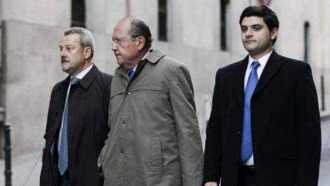 El presidente de La Caja de Canarias, José Manuel Suárez del Toro (c), a su llegada a la Audiencia Nacional para declarar como imputado ante el juez Fernando Andreu, que investiga los posibles delitos cometidos en la salida a Bolsa de Bankia. Suárez del Toro era vocal de BFA cuando la entidad salió a Bolsa, en julio de 2011.