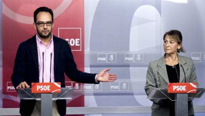 El secretario de Relaciones Institucionales y Política Autonómica del PSOE, Antonio Hernando, y la secretaria de Economía del PSOE, Inmaculada Rodríguez Piñero.