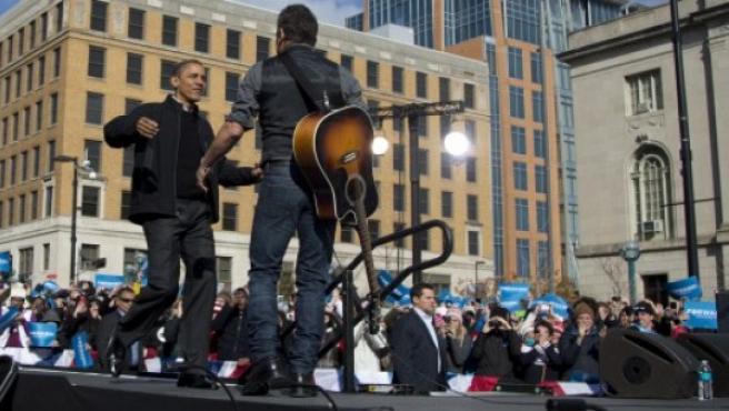 Barack Obama (i) y Bruce Springsteen en su parada en Wisconsin, este lunes.