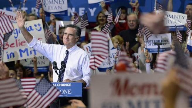 El candidato republicano a la presidencia de EE.UU., Mitt Romney (c), saluda a partidarios durante un acto de campaña previo a las elecciones, en la Universidad George Mason en Fairfax, Virginia (EEUU).