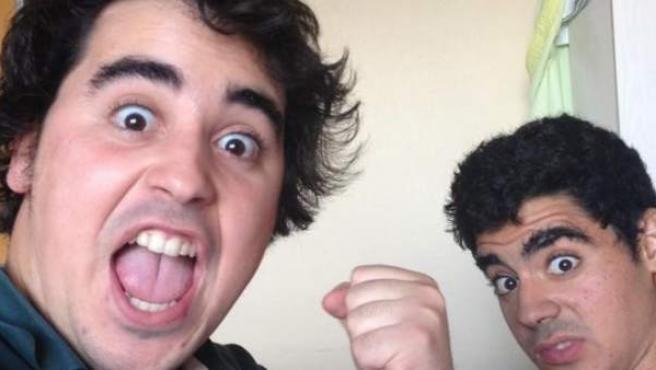 Los dos hermanos ovetenses muestran en Twitter el humor con el que se toman su estancia en el hospital.