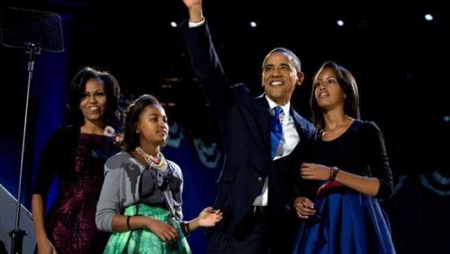 El presidente Barack Obama celebra su reelección junto a su mujer, Michelle Obama y sus hijas Malia y Sasha.