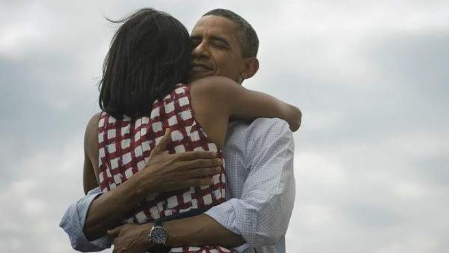 Obama abraza a su mujer, Michelle, nada más conocer su victoria en las elecciones.
