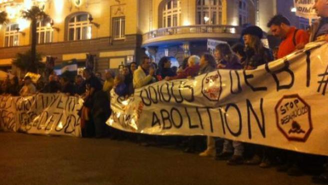 Una pancarta con el lema 'Stop desahucios' en una manifestación.