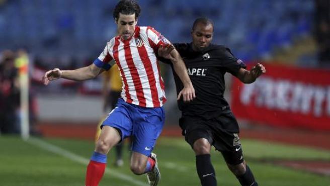 Tiago se lleva el balón ante Wilson Eduardo en el Académica - Atlético
