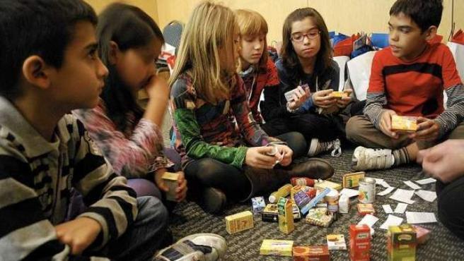 Niños conociendo las alergias alimentarias a través de un juego.