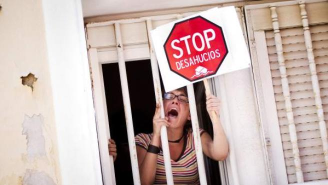 Una joven protestando contra los desahucios.