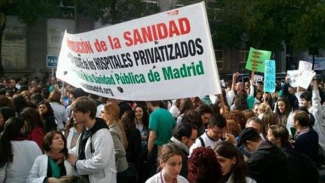 Pancarta contra la transformación de La Princesa en un hospital para personas mayores.