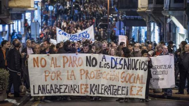 Los manifestantes recorren las calles de Barakaldo en protesta y recuerdo por el suicidio de una vecina que se tiró por la ventana cuando iban a desahuciarla.