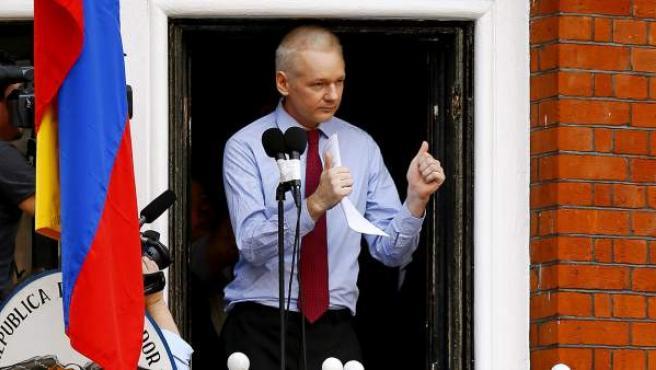 El fundador de WikiLeaks, el australiano Julian Assange, se dirige a los medios y a sus seguidores desde un balcón de la embajada de Ecuador en Londres.