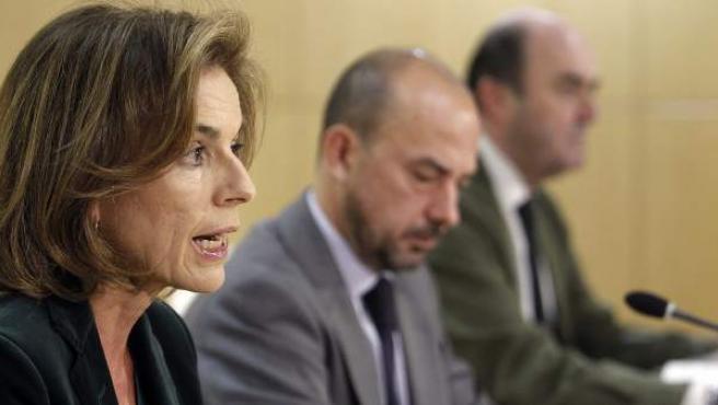 La alcaldesa de Madrid, Ana Botella (i), acompañada de Miguel Angel Villanueva (c) y Antonio de Guindos (d).