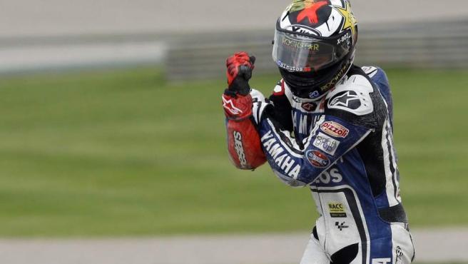 Jorge Lorenzo se retira molesto tras sufrir una caída en Valencia.