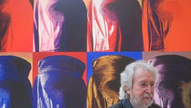 Antoni Miró Ante Una De Sus Obras En El IVAM