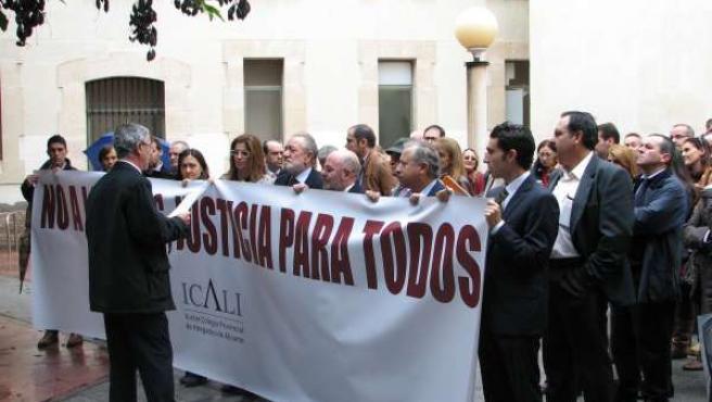 Concentración de abogados frente a los juzgados de Benalúa