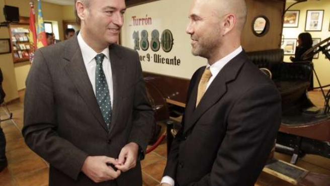 Alberto Fabra (izquierda) en su visita a la empresa Almendra y Miel