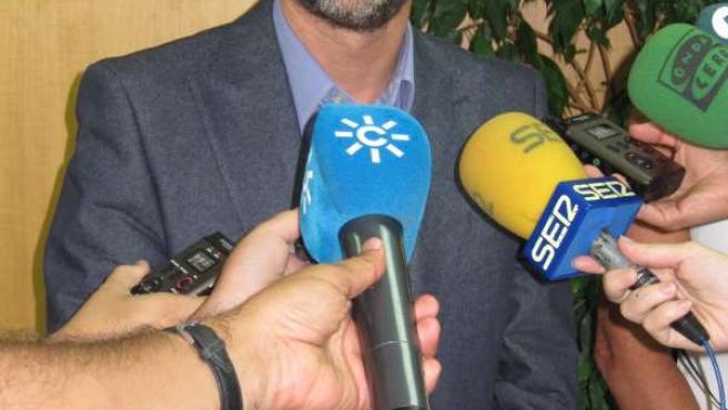 José Fiscal, ante los medios.