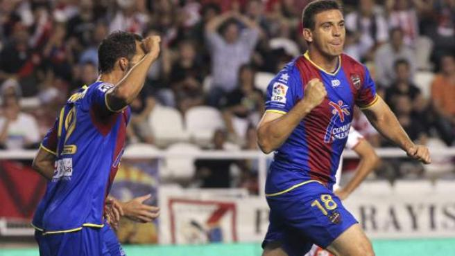 Sergio Ballesteros, defensa del Levante, celebra su gol ante el Rayo Vallecano.