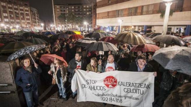 Manifestación en Barakaldo después de que Amaia Egaña saltase al vacío desde un cuarto piso en la localidad vizcaína, acuciada por la orden de desahucio que iba a ejecutarse este viernes.