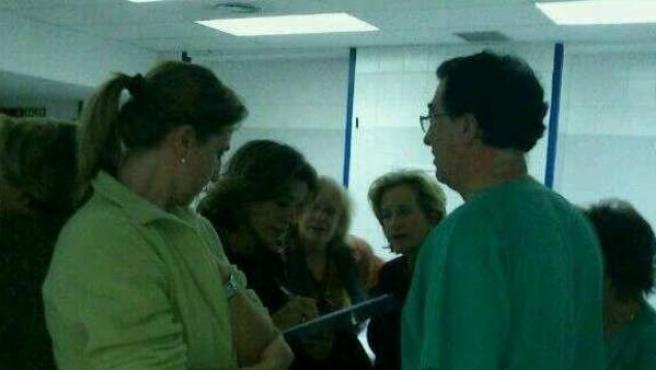 Ana Botella firma la petición de los trabajadores contra el cierre del Hospital de la Princesa.