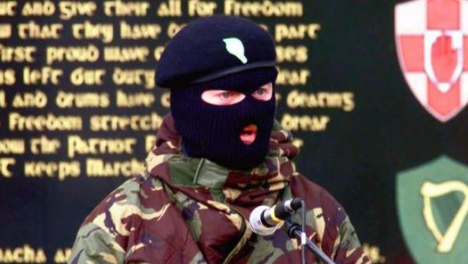 Imagen de archivo de un miembro del IRA dando un discurso en Carrickmore, Irlanda del Norte, en abril de 2000.