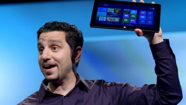 El gerente general de Surface de Microsoft, Panos Panay, muestra el sistema operativo Windows 8.