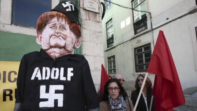 Un grupo de manifestantes protestan por la visita de Angela Merkel a Lisboa este lunes.