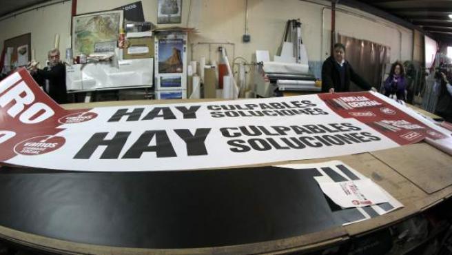 Presentación de la pancarta de cabecera de la manifestación de la huelga general del 14N, en el taller de Artes Gráficas SIP donde se ha confeccionado.