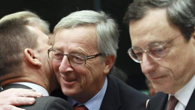 De izq. a dcha., el ministro griego de Finanzas, Giannis Stournaras, el presidente del Eurogrupo, Jean-Claude Juncker, y el presidente del Banco Central Europeo, Mario Draghi.