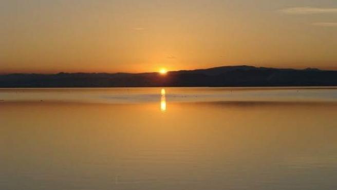 El sol se pone en el lago de la Albufera de Valencia.