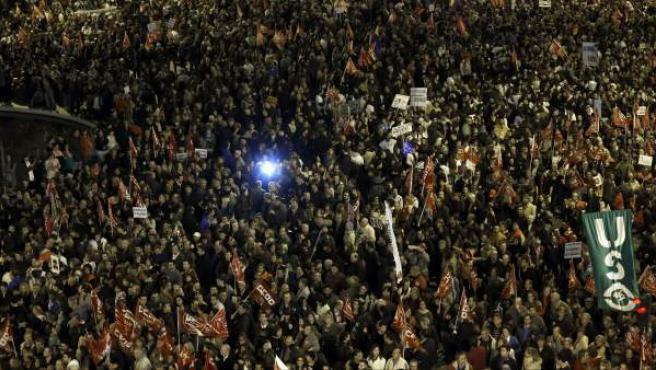 Gran número de personas en la plaza de Colón, donde ha finalizado la manifestación convocada por los sindicatos con motivo de la huelga general del 14-N, que ha partido de la plaza de Cibeles de la capital.