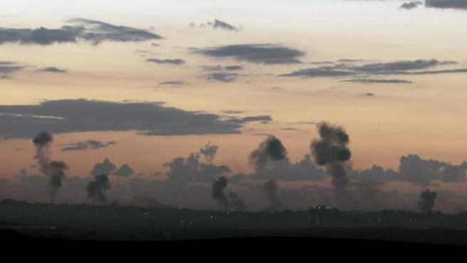 """Panorámica de la Franja de Gaza desde las afueras de Kibbutz Nir Am, cerca a Sderot, al sur de Israel el miércoles 14 de noviembre de 2012, en donde se observan columnas de humo producidas por los ataques aéreos en la Franja de Gaza en una operación llamada por los israelíes """" Operation Pillar Cloud""""."""