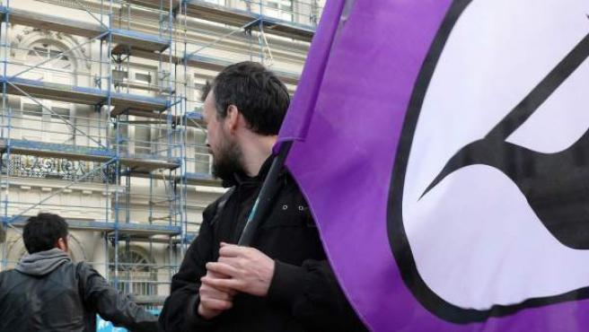 Bandera del Partido Pirata en una manifestación.