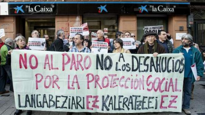 Más de medio centenar de personas se han concentrado frente al Palacio de Justicia de Barakaldo en protesta contra los desahucios.