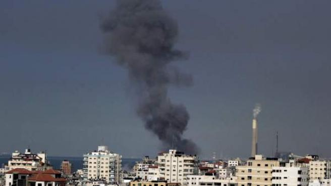 Vista de una nube de humo sobre un emplazamientos de Hamás, tras ser bombardeado por el ejército israelí, al este de la cuidad de Gaza, en la franja de Gaza, hoy jueves 15 de noviembre de 2012.
