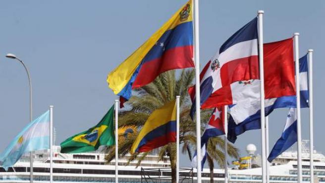 Banderas de diversos países de Iberoamérica ondean en el puerto de Cádiz.