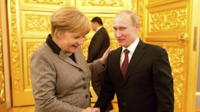 El presidente ruso, Vladimir Putin, estrecha la mano a la canciller alemana, Angela Merkel, durante la ronda de consultas ruso-germanas, en Moscú.