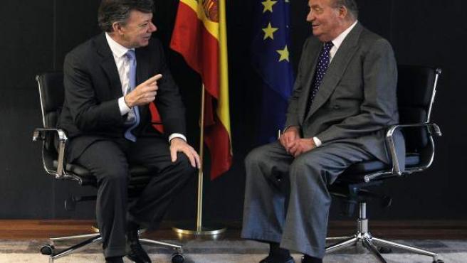 El rey Juan Carlos y el presidente de Colombia, Juan Manuel Santos, durante la reunión que mantuvieron en el Parador Nacional de Cádiz dentro del marco de la XXII Cumbre de Jefes de Estado y de Gobierno.