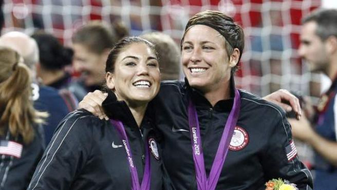La guardameta estadounidense, Hope Solo (izquerda), celebra el oro en los Juegos Olímpicos de Londres 2012.