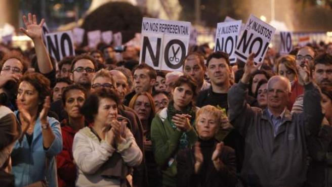 Miles de personas se concentran en la plaza Neptuno de Madrid durante la protesta del 23-O.