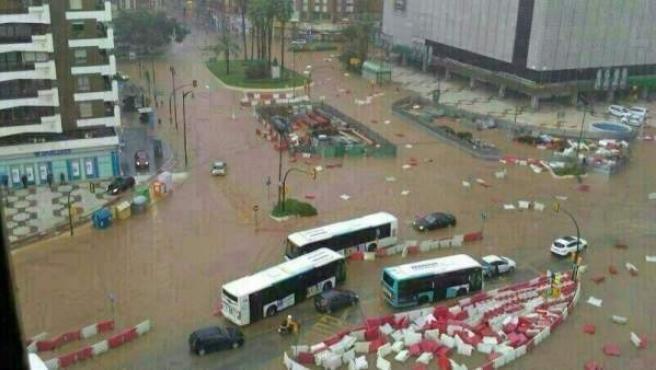 El centro de Málaga, inundado tras una tromba de agua.