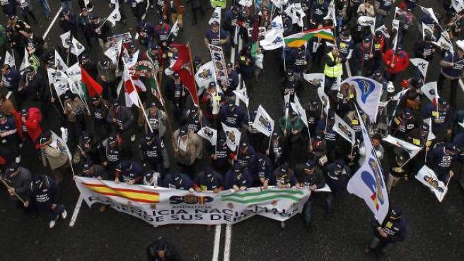 Unos 5.000 policías se han manifestado por el Paseo de la Castellana de Madrid, bajo la lluvia, para trasladar al Ministerio del Interior su malestar por los recortes salariales a los agentes.