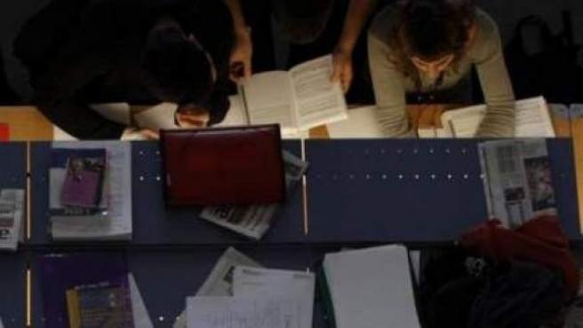 Varias jóvenes estudian en una biblioteca.