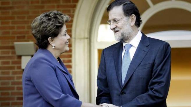 El jefe del Gobierno español, Mariano Rajoy, recibe a la presidenta de Brasil, Dilma Rousseff.