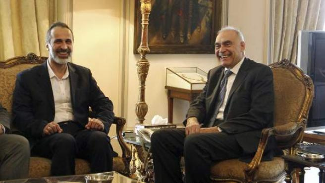 El clérigo moderado Ahmed Muaz al Jatib (izq), líder de la nueva alianza opositora Coalición Nacional para las Fuerzas de la Revolución y la Oposición Siria (CNFROS), con el ministro de Exteriores egipcio, Mohamed Kamel Amr, en El Cairo (Egipto).