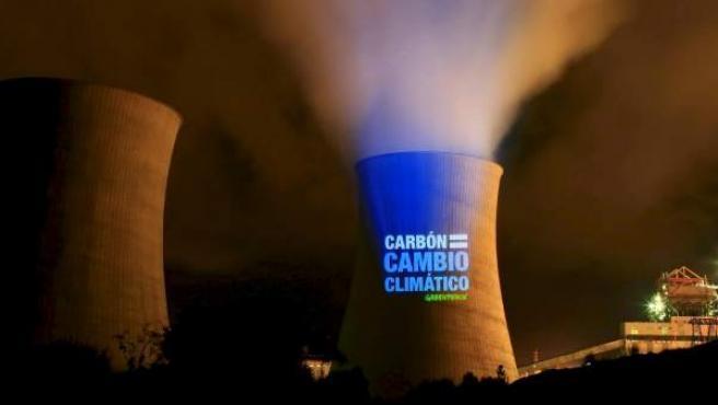 Greenpeace proyecta imágenes del cambio climático en las torres de refrigeración de una central térmica de carbón.