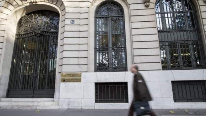 Un viandante pasa por delante de la sede de la agencia de calificación Moody's en París (Francia).