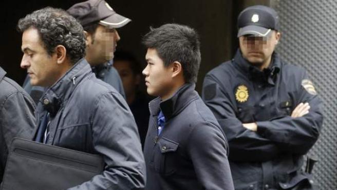 Un ciudadano chino llega a la sede de la Audiencia Nacional de la calle Prim, donde el juez de la Audiencia Nacional Fernando Andreu ha tomado declaración de los detenidos en la Operación Emperador.