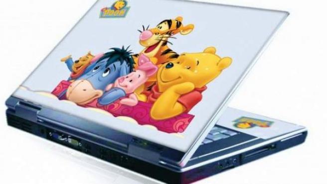 Ordenador portátil decorado con ilustraciones de Winnie The Pooh.