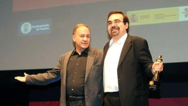 El productor Óscar Rodríguez, con el Colón de Oro del 38 Festival Iberoamericano